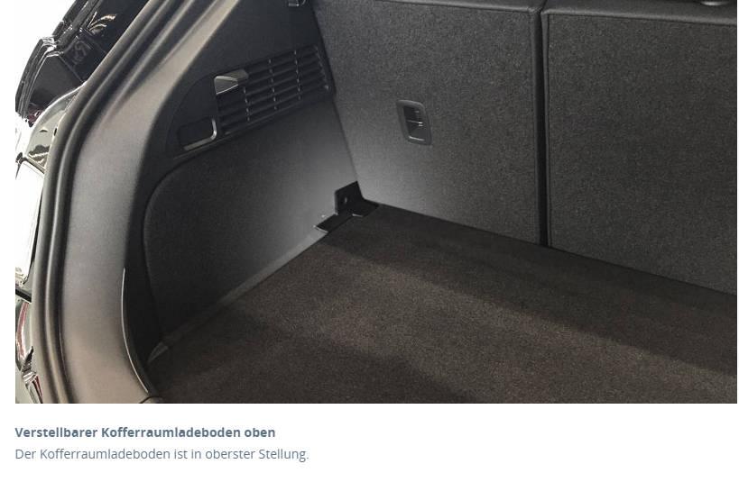 Der Kofferraumladeboden ist in oberster Stellung.